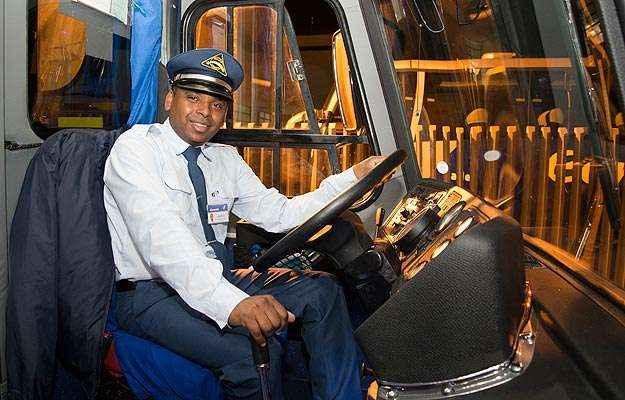 Ernesto posa orgulhoso ao volante do ônibus: motorista treinado para contar história do veículo (Thiago Ventura/EM/D.A Press)