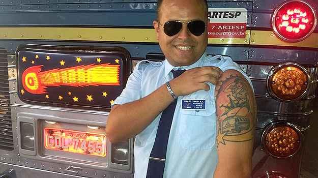 Vestido com uniforme da companhia, Rubens de Farias exibe ônibus tatuado (Viação Cometa/Divulgação)