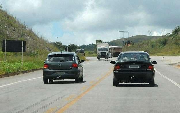 Forçar passagem entre veículos em sentidos opostos: multa de R$ 1,9 mil (Túlio Santos/EM/D.A Press)