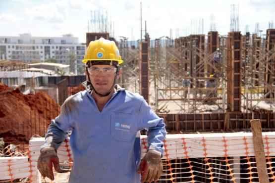 O servente de obras Carlos tem orgulho de %u201Ctrabalhar fichado%u201D  (Ana Rayssa/Esp. CB/D.A Press )