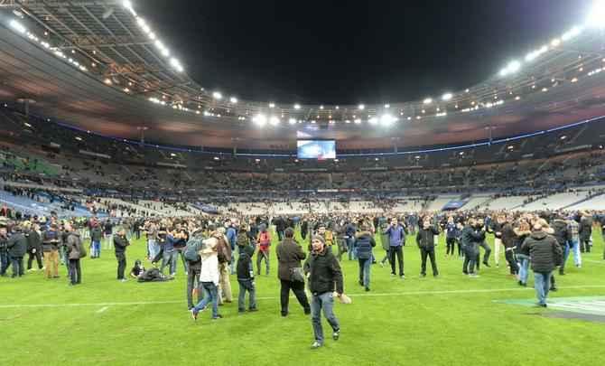 Torcedores adentraram gramado do Stade de France após encerramento do amistoso entre França e Alemanha. Durante o duelo, explosões do lado externo do estádio assustaram o público. Atentados terroristas em Paris já registram mais de 70 mortes na capital francesa