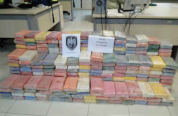 Polícia capixaba divulgou imagens da quantidade de cocaína apreendida no helicóptero de Perrella (PMES / Divulgacao )