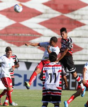 Com tranquilidade, Tricolor conduziu a partida sem sofrer nenhuma ameaça (Edvaldo Rodrigues/DP/D.A Press)