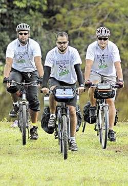 Mauro, Felipe e Wesley se preparam para pegar a estrada neste domingo (Edílson Rodrigues/CB/D.A Press)