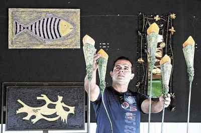 Milton Soares, com as peças que compõe enquanto recolhe as matérias-primas: exposição de estreia na carreira (Edilson Rodrigues/CB/D.A Press)