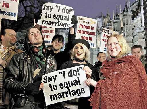 Recado aos deputados, diante do Palácio de Westminster: 'Digam: 'Eu concordo' para a igualdade no casamento' (Luke MacGregor/Reuters)