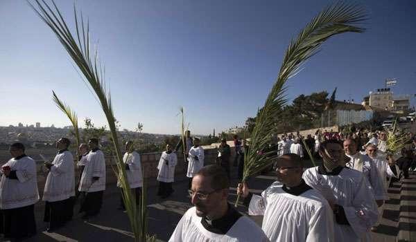 Procissão é a principal manifestação pública anual dos cristãos palestinos em Jerusalém (REUTERS/Ronen Zvulun)