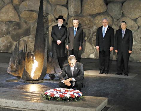 Barack Obama deposita coroa de flores no Memorial do Holocausto Yad Vashem, em Jerusalém: americano nega que o Estado de Israel exista por causa do genocídio de judeus (Jaseon Reed/Reuters)