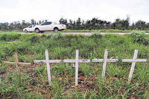 Cruzes no ponto conhecido como curva da morte, entre Taguatinga Norte e Brazlândia: trecho é o mais perigoso  ( Ed Alves/CB/D.A Press)