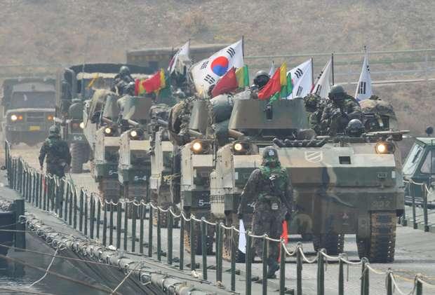 Kim Jae-Hwan/AFP (Veículos blindados sul-coreanos passam por ponte perto de fronteira com a Coreia do Norte)