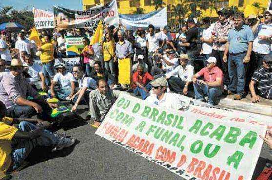 Protesto contra a Funai em frente ao Congresso: governo suspendeu a delimitação de terras indígenas no Paraná e deve estender a medida a outros estados</p><br /><br /><p> (Bruno Peres/CB/D.A Press)