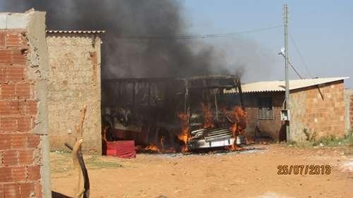 Um dos moradores que teve a casa removida ateou fogo ao veículo (Pedro Roberto/ Seops)