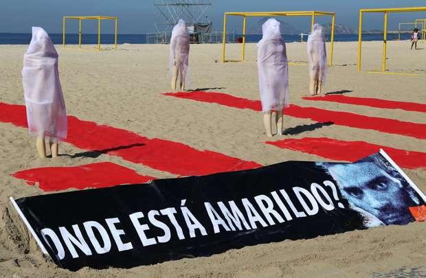 Ativistas da ONG Rio de Paz fazem ato protesto na Praia de Copacabana, no Rio de Janeiro (Tasso Marcelo/AFP)