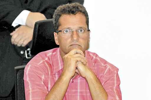 Rôney Nemer (PMDB)  Em junho deste ano, o parlamentar foi condenado por improbidade administrativa e terá que ressarcir o erário em R$ 2,1 milhões, de acordo com determinação do Judiciário local. Ainda cabe recurso. Em caso de confirmação da decisão pelos desembargadores do Tribunal de Justiça do DF e Territórios, ele ficará inelegível e estará fora das próximas eleições. O deputado também é alvo da denúncia de envolvimento no suposto esquema de corrupção liderado por Durval Barbosa, ex-secretário de Relações Institucionais do GDF. Responde ainda a outras duas ações de improbidade. Uma delas questiona a contratação do cantor Edu Casanova, na época em que Rôney presidiu a Brasiliatur, e a outra se refere às diárias pagas por um empresário para hospedagem em hotel na capital goiana. (Marcelo Ferreira/CB/D.A Press)