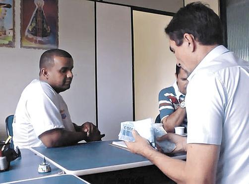 O flagrante, feito sob supervisão policial: repórter recebeu R$ 3 mil (Reprodução)