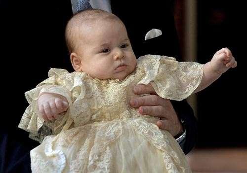 Vestido em renda em batizado na Capela Real do Palácio St. James: rito tradicional teve alguns padrões  quebrados (John Stillwell/AFP)