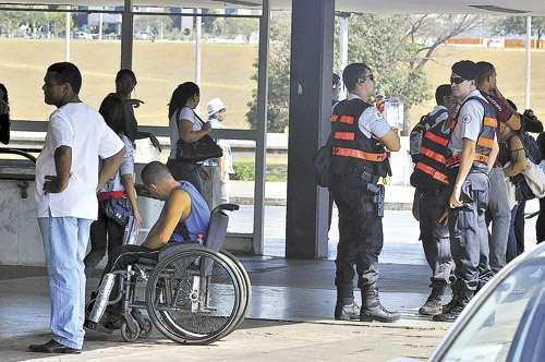 Policiais militares na Rodoviária do Plano Piloto: nos últimos protestos, os índices de violência, principalmente de homicídio, aumentaram na capital (Antonio Cunha/Esp. CB/D.A Press - 17/7/12 )
