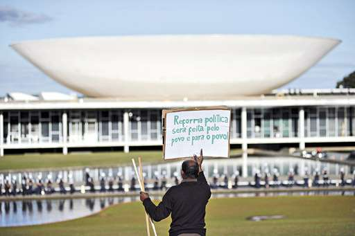 Manifestante em frente à barreira policial no Congresso: entre as cobranças, mais transparência e controle no uso dos recursos públicos (Daniel Ferreira/CB/D.A Press)