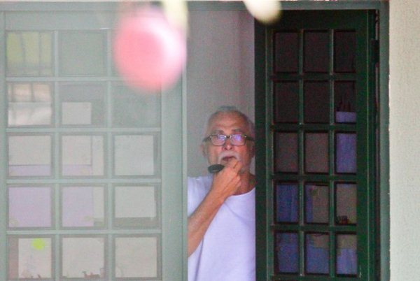 Ex-deputado José Genoíno, condenado e preso no processo do mensalão, é visto na casa alugada onde cumpre prisão domiciliar provisória para tratamento médico, em janeiro deste ano (Pedro Ladeira/Folhapress)