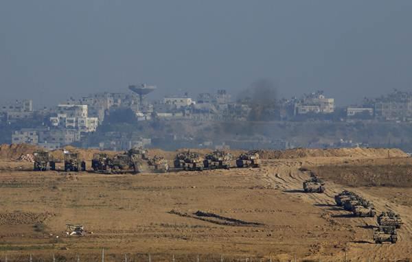 Tanques do exército israelenses e veículos blindados são vistos em Gaza, perto da fronteira com Israel  (Baz Ratner/Reuters)
