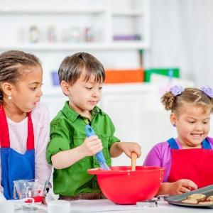 Criança na cozinha: veja dicas e receitas simples para os pequenos chefs