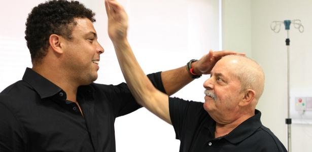 """Ronaldo brinca com a """"careca"""" de Lula durante visita a hospital"""