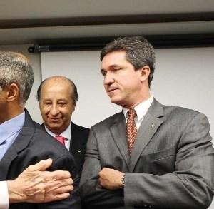 José Maria Marin (esq.) cumprimenta Romário; dirigente cutuca Mano Menezes