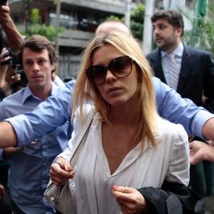7.mai.2012 - Carolina Dieckmann chega para prestar depoimento e entregar seu computador para perícia na Delegacia de Repressão aos Crimes de Informática, no Rio de Janeiro