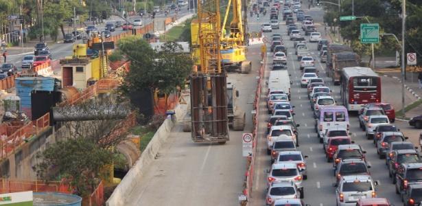 21.mai.2012 - Obras do monotrilho na Avenida Jornalista Roberto Marinho, em São Paulo