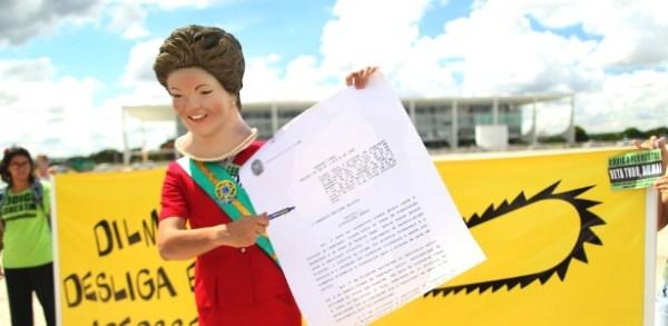 Homem vestido com fantasia da presidente Dilma Rousseff participa de protesto contra o Código Florestal em frente ao Palácio do Planalto. Ele simulou a assinatura do veto ao texto pela presidente