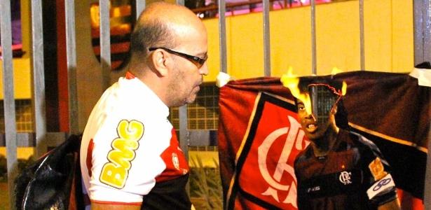 Conselheiro queima toalha com imagem de Ronaldinho em frente à sede do Flamengo
