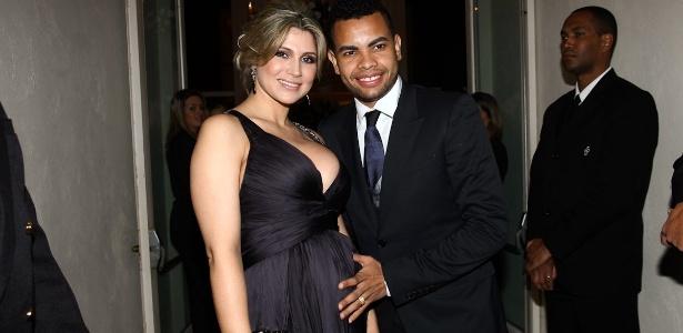 O jogador de futebol Dentinho e sua noiva, Dani Souza, chegam ao casamento de Mirella Santos e Ceará (1/6/12)