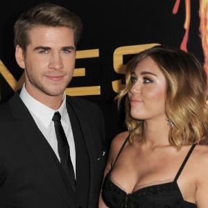 Liam Hemsworth e Miley Cyrus na première de Jogos Vorazes, em Los Angeles (12/3/12)