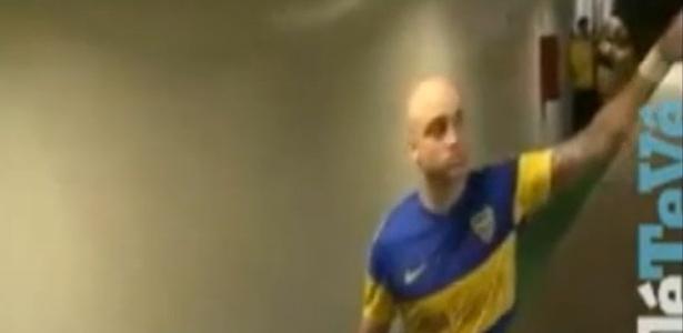 Santiago Silva estica o braço para pegar máquina; objeto foi recuperado depois