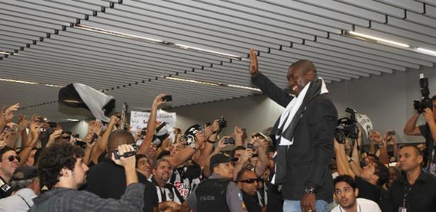 Seedorf acena para os cerca de 2 mil botafoguenses que foram recebê-lo no aeroporto