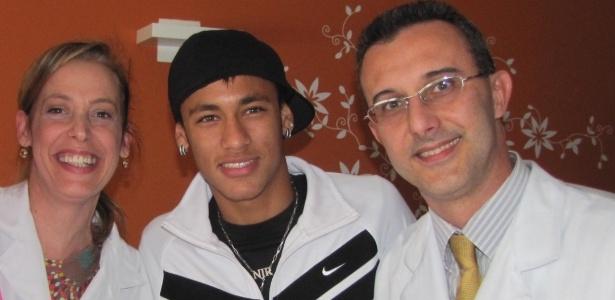 Neymar ao lado de Dr. Herbert Kramer e sua esposa, a enfermeira obstetra Daniela Jordão