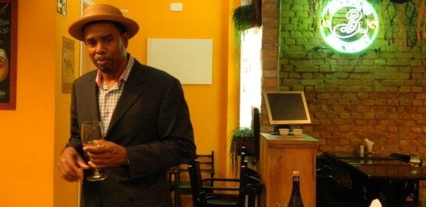 No Brasil, o americano dá palestras e participa de brassagem em cervejaria mineira