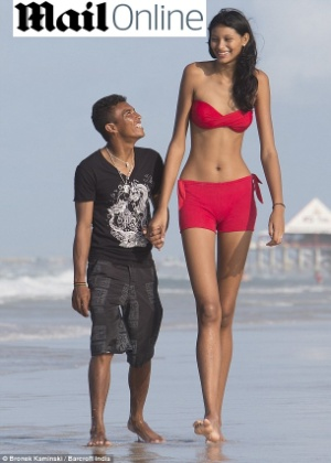 Elisany Silva da Cruz, que tem 2,07 metros de altura, e o noivo Francinaldo da Silva Carvalho, de 1,65 metro