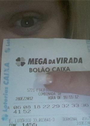 1.jan.2013 A ex-BBB Paulinha Leite mostra o bilhete da Mega-Sena da Virada em que acertou cinco números