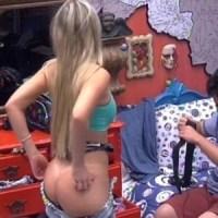 BBB 13 Sexy: Fernanda se descuida ao trocar de roupa e deixa bumbum à mostra