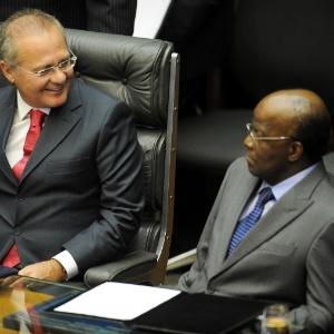 O presidente do Senado, Renan Calheiros (PMDB-AL), à esquerda, e o presidente do Supremo Tribunal Federal (STF), ministro Joaquim Barbosa, em cerimônia no último dia 4 de fevereiro