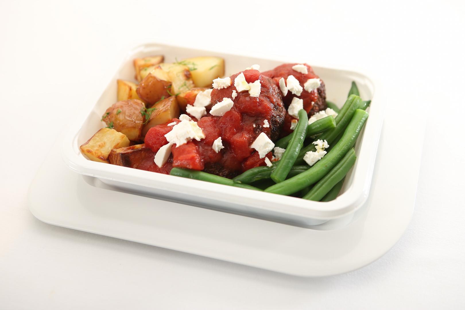Kafta picante de cordeiro com tomates, batatas e queijo feta nos voos para Dubai da Qantas. (Divulgação)