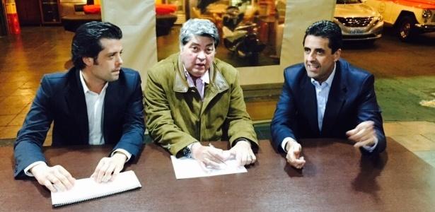 Datena entre o deputado Guilherme Mussi (à esq.) e o delegado Antonio Assunção de Olim