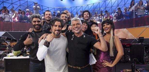 """Marcos Mion posa com Lulu Santos no palco do """"Legendários"""""""