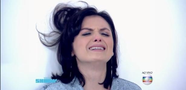"""Monica Iozzi faz a clássica cena dramática de chorar e escorregar na parede, no programa """"Vídeo Show"""""""