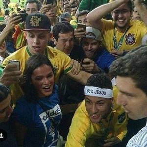 Neymar com a faixa 100% Jesus