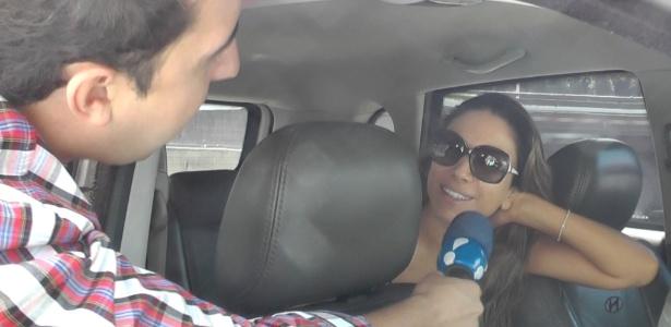 """14.fev.2014 - Patrícia Abravanel é abordada por equipe do """"Morning Show"""" na entrada do SBT"""