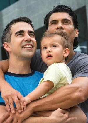 Casais heterossexuais e homossexuais podem sofrer preconceito por adotar um filho. Você está preparado para isso?