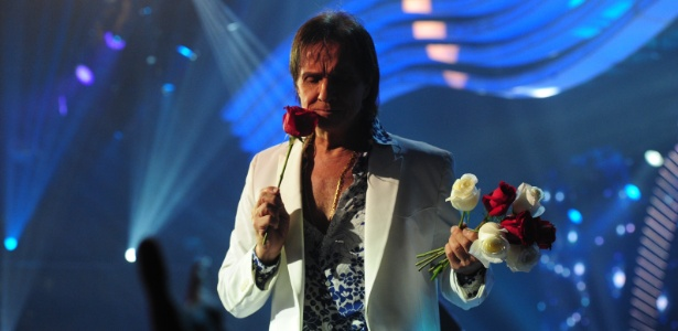 O Rei faz sua tradicional distribuição de rosas ao fim do show no especial da Globo de 2014