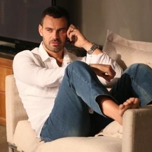 """Maurílio (Carmo Dalla Vecchia) comunica ao seu verdadeiro pai, por telefone, que o plano está dando certo em """"Império"""""""